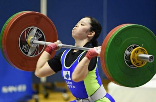 女子49キロ級で優勝した糸数加奈子のジャーク(24日、江刺中央体育館)=共同