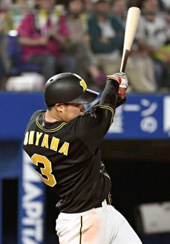 7回阪神2死三塁、大山が左翼線に勝ち越し二塁打を放つ(24日、横浜)=共同