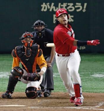 8回広島無死、バティスタが左越えにこの試合2本目の本塁打を放つ。捕手大城(24日、東京ドーム)=共同