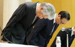 記者会見で頭を下げる野村ホールディングスの永井浩二グループ最高経営責任者(左)ら