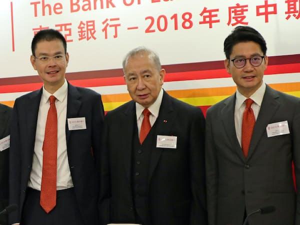 東亜銀行トップを退く李国宝氏(中)と後を継ぐ李民橋氏(左)と李民斌氏