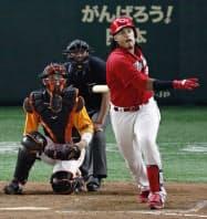 8回広島無死、バティスタが左越えにこの試合2本目の本塁打を放つ=共同