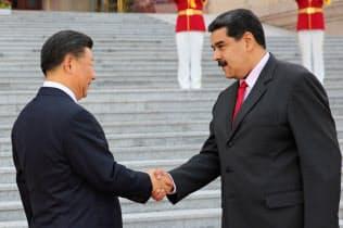 2018年9月、北京を訪問し中国の習近平国家主席(左)と握手するベネズエラのマドゥロ大統領=ロイター