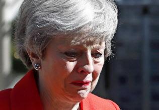 辞任を表明するメイ英首相(24日、ロンドン)=AP