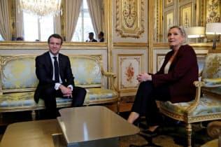 マクロン大統領(左)と国民連合ルペン党首=ロイター