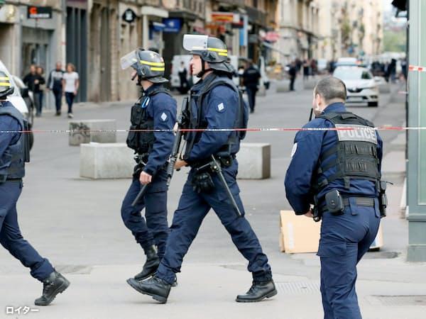 リヨンのテロ事件現場周辺で警備にあたる仏警察(24日)=ロイター