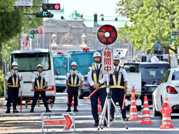 トランプ米大統領の来日を控え、迎賓館周辺で警戒する警察官(25日午前、東京都新宿区)