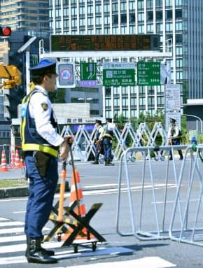 首都高速道路では交通規制が実施される(25日午前、東京都千代田区)