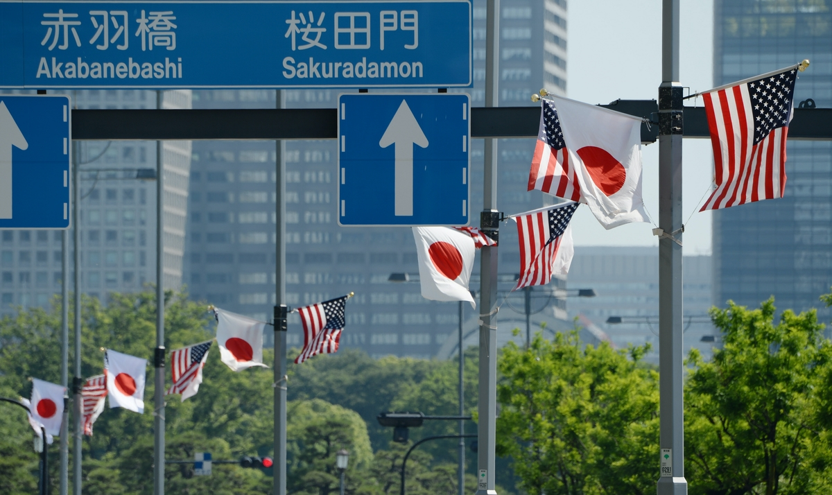 トランプ氏が滞在する予定のホテルの前の通りに掲げられた日米両国の国旗