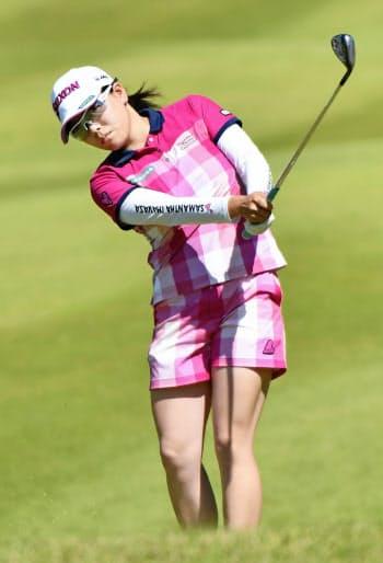 中京女子ゴルフ第2日、16番でアプローチショットを放つ勝みなみ。通算14アンダーで単独首位(25日、中京GC石野)=共同