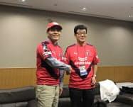 シャープの戴正呉会長兼社長(左、25日)