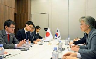韓国の康京和外相(右端)と会談する河野外相(左端)=23日、パリ(代表撮影・共同)