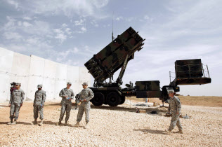 中東に展開する米軍の地対空ミサイル「パトリオット」部隊=ロイター