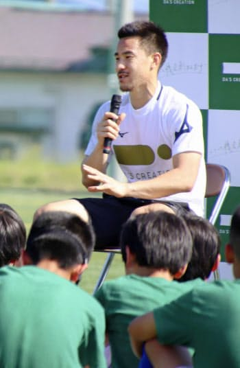 サッカー教室で小学生の質問に答える岡崎慎司(25日午後、山形県中山町)=共同