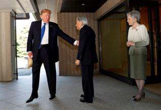 2017年11月、トランプ大統領は初来日した際に天皇在位中の上皇さまと会見した=ロイター