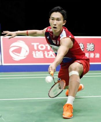 準決勝 インドネシア戦でプレーする男子シングルスの桃田賢斗(25日、南寧)=共同