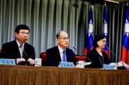台湾の国家安全会議秘書長、李大維氏(中)(外相だった16年9月に台北市内で開いた記者会見)