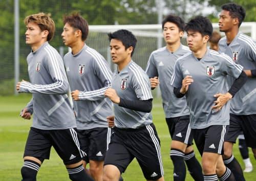 メキシコ戦に向け、調整する(左から)田川、伊藤、斉藤未ら日本イレブン(25日、グダニスク)=共同