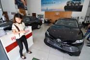 ミャンマーでは新車市場が拡大している(21日、ヤンゴン市内のトヨタ系販売店)