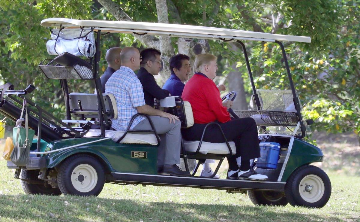 ゴルフカートは首相が運転