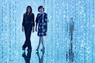 デジタルアートの美術館を訪れた昭恵、メラニア両夫人=ロイター