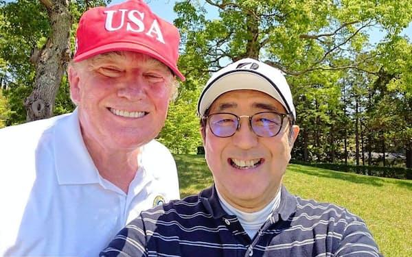 セルフィー(自撮り)で撮影するトランプ大統領と安倍晋三首相(首相のツイッターより)