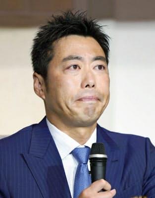 20日の記者会見で引退を表明し、目に涙をためる巨人の上原浩治=共同