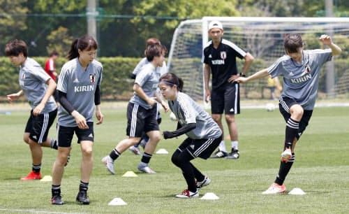 サッカー女子W杯に向け、国内最後の調整をする(手前左から)杉田、長谷川、鮫島(26日、千葉県内)=共同