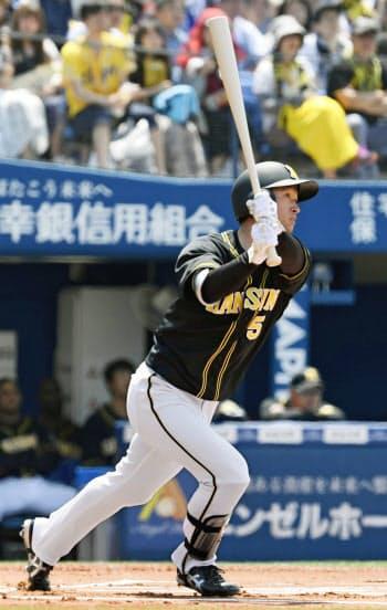 右越えに先頭打者本塁打を放つ近本(26日、横浜)=共同