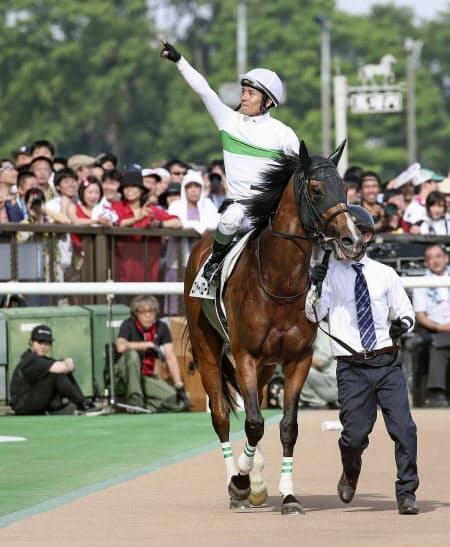 第86回日本ダービーを制したロジャーバローズと、声援に応える浜中俊騎手(東京競馬場)=共同