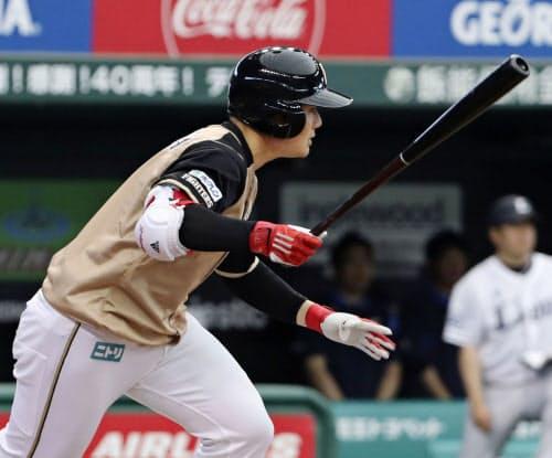 7回日本ハム2死一、三塁、清宮が中前に同点打を放つ(26日、メットライフドーム)=共同