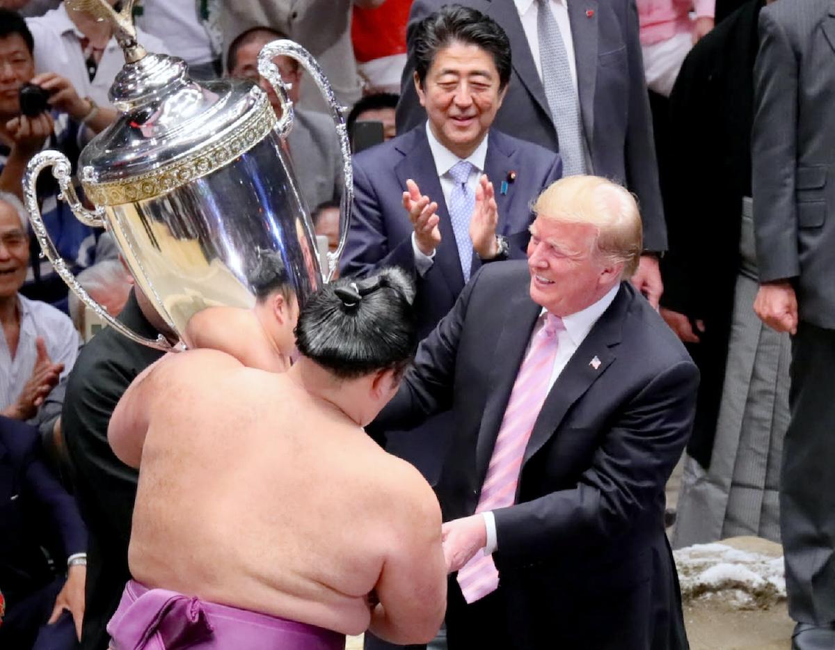 大相撲夏場所の千秋楽で、優勝した朝乃山(左)に「米国大統領杯」を授与するトランプ氏
