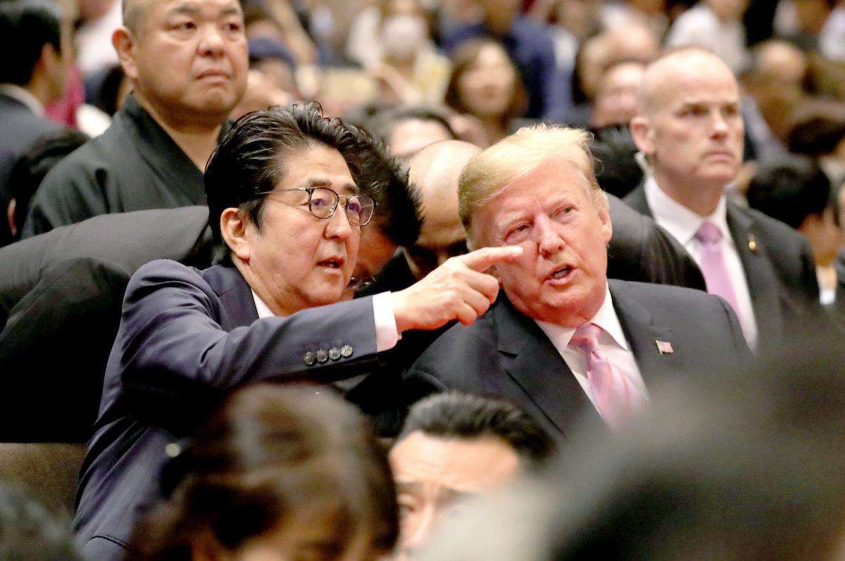 大相撲を観戦するトランプ氏と安倍首相