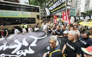 天安門事件の追悼集会でデモ行進する参加者(26日、香港)=小林健撮影