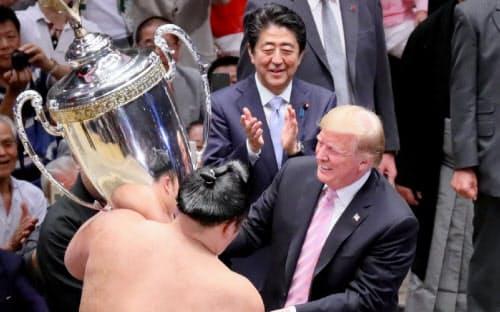大相撲夏場所の千秋楽で、優勝した朝乃山(左)に「米国大統領杯」を授与するトランプ米大統領