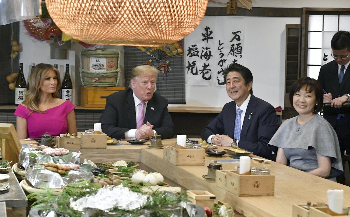 炉端焼き店で夕食を楽しむ日米両首脳夫妻=代表撮影