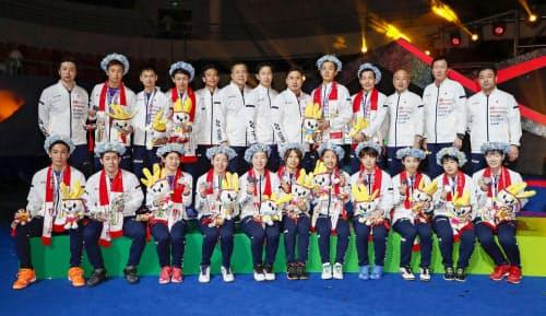 スディルマン杯で準優勝となり、写真に納まる日本代表チーム(26日、南寧)=共同