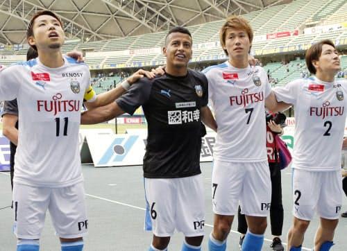 大分に勝利し、サポーターの歓声に応えるマギーニョ(左から2人目)ら川崎イレブン(26日、昭和電ドーム)=共同
