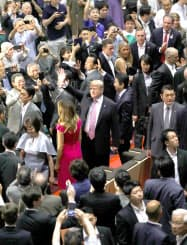 大相撲の観戦に訪れ、観客の声援に応えるトランプ米大統領と安倍首相(26日、東京都墨田区の両国国技館)