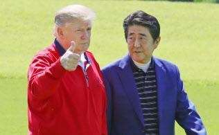 安倍晋三首相の出迎えを受けるトランプ米大統領(26日、千葉県茂原市の茂原カントリー倶楽部)