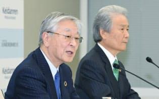 経団連は日立製作所の中西宏明会長(左)ら製造業の大企業トップが会長を務めてきた(18年2月、東京・大手町)