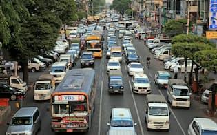 ミャンマーでは乗用車の通行量が増えている(2月、ヤンゴン)=三村幸作撮影