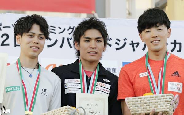 表彰式で写真に納まる優勝した楢崎智亜ら。左は2位の原田海、右は3位の藤井快(26日、石鎚クライミングパークSAIJO)=共同