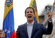 ベネズエラのグアイド国会議長はマドゥロ大統領の退陣を求める(1月、カラカス)=ロイター