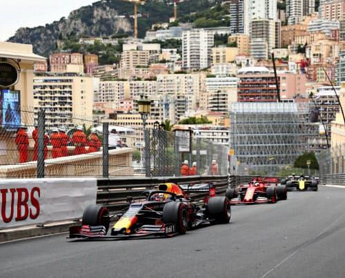 F1モナコGPで走行するレッドブル・ホンダのマックス・フェルスタッペン=手前(26日、モンテカルロ)=ゲッティ共同