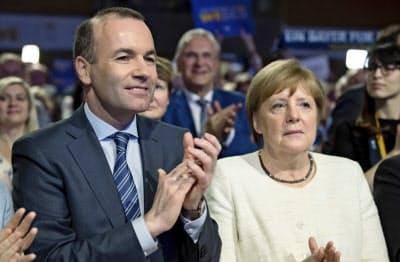 欧州議会選挙でメルケル首相(右)の与党が苦戦=AP