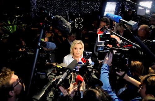 26日、報道陣の取材を受けるルペン氏(パリ)=ロイター