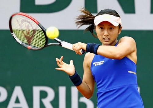女子シングルス1回戦で敗退した土居美咲(26日、パリ)=共同