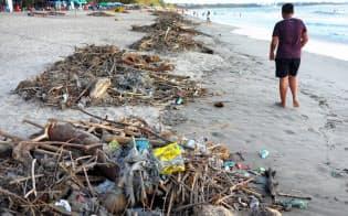 インドネシア・バリ島の海岸ではプラスチックごみが漂着して環境を破壊している