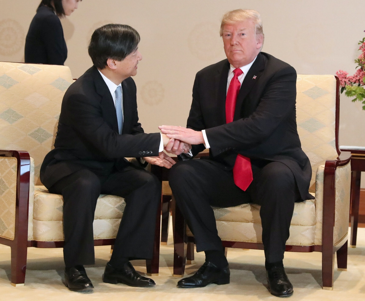 天皇陛下と会見し握手するトランプ氏=代表撮影